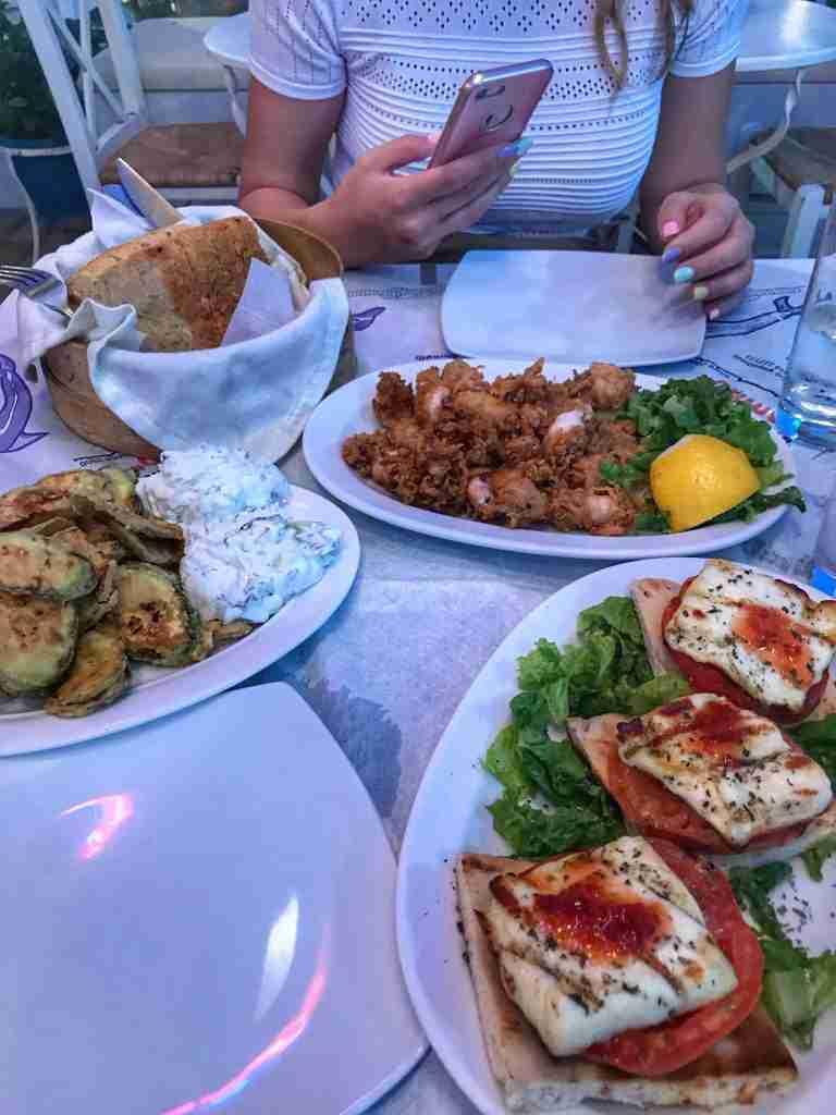кавала-ресторант-апико-калмари-халуми-тиквички