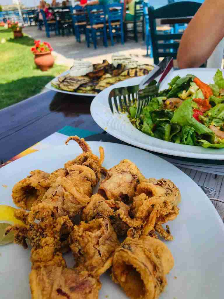 ресторант-албуро-неа-перамос-кавала-калмари-тиквички-зелена-салата-по-гръцки